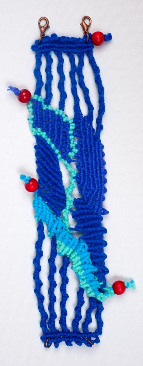 Drhaný náramek v modrém